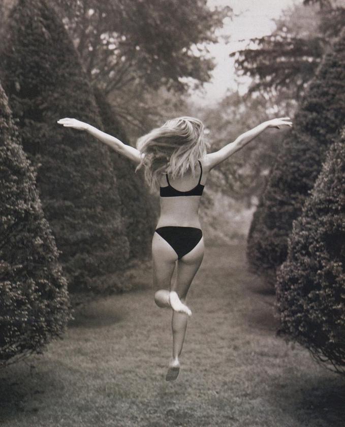 Heidi Klum pedig egy kertben ugrál