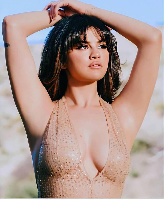 Selena Gomez viszont már annyira nem tudja minek álcázni ezt a kéztartást, hogy egy nyújtózkodás közben elbambult ember benyomását kelti.
