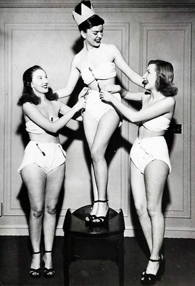 Betty Barrettet 1947-ben koronázták Miss Pelenkakirálynővé. A résztvevőknek természetesen pelenkában kellett megmutatniuk magukat a pelenkacég által szervezett versenyen.
