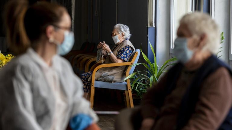 A főváros és az egyházak adnak jutalmat az idősotthoni dolgozóknak