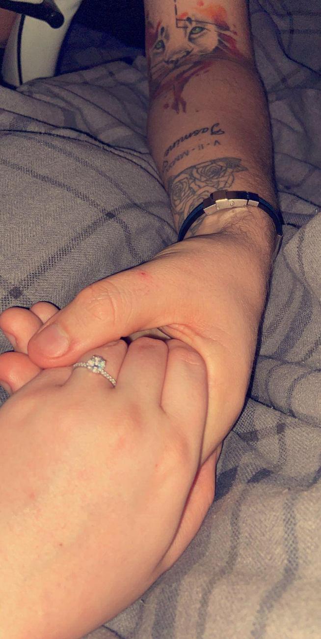 Az ezüstgyűrűn egy nagy és több kisebb gyémántkő van, amit idén Valentin-nap óta hord, akkor volt a lánykérés