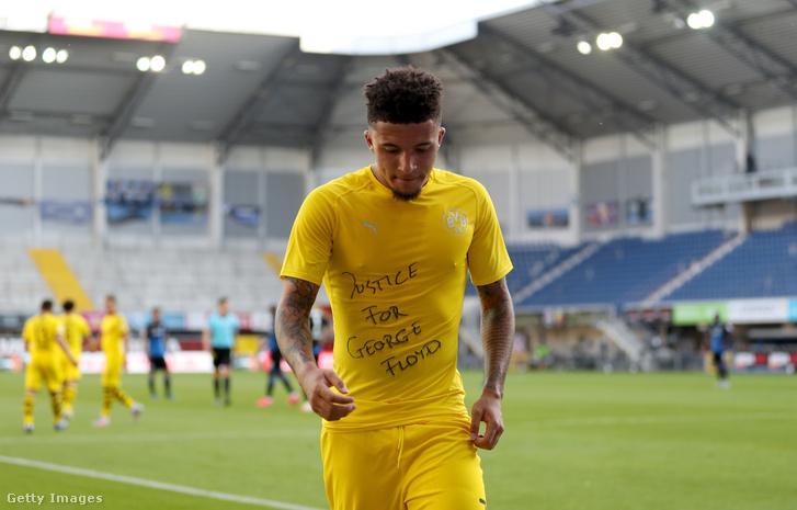 Jadon Sancho a Paderborn elleni meccsen a George Floydra emlékező felirattal.