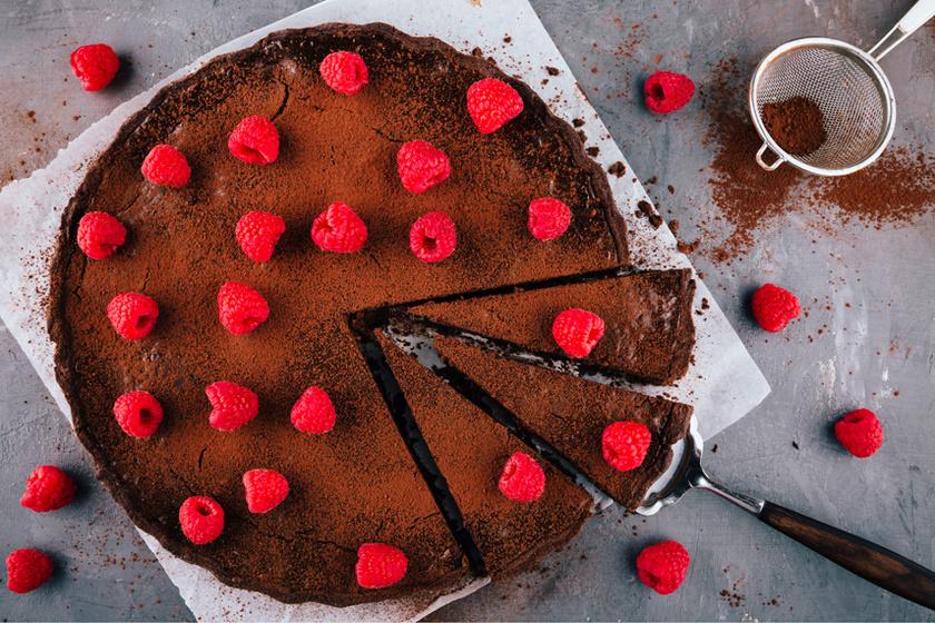 Puha kakaós süti friss málnával – A tészta fantasztikus állagáról a joghurt gondoskodik