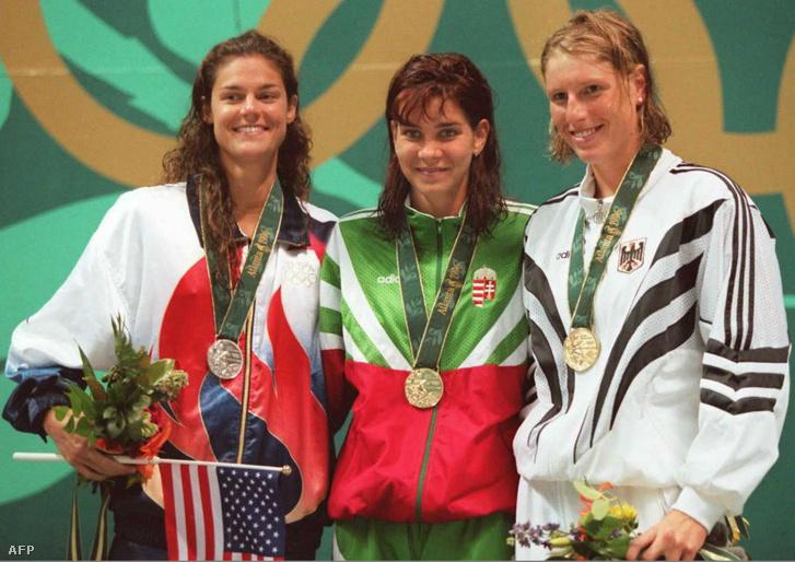 Egerszegi Krisztina, a női 200 méteres hátúszás eredményhirdetésen a 26. Nyári Olimpián. Balra az ezüstérmes amerikai Whitney Hedgepeth, jobbra a bronzéremes német Cathleen Rund.