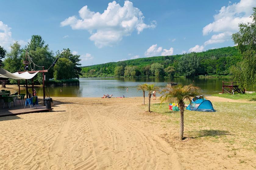 Gödöllő után Hatvan irányába haladva található Domonyvölgy, az ottani tó pedig minden strandoló igényeit kielégíti. A tengerpartot idéző szakaszon még pálmafák is fokozzák az élményt. Felnőtteknek az egész napos belépő 2000 forint.