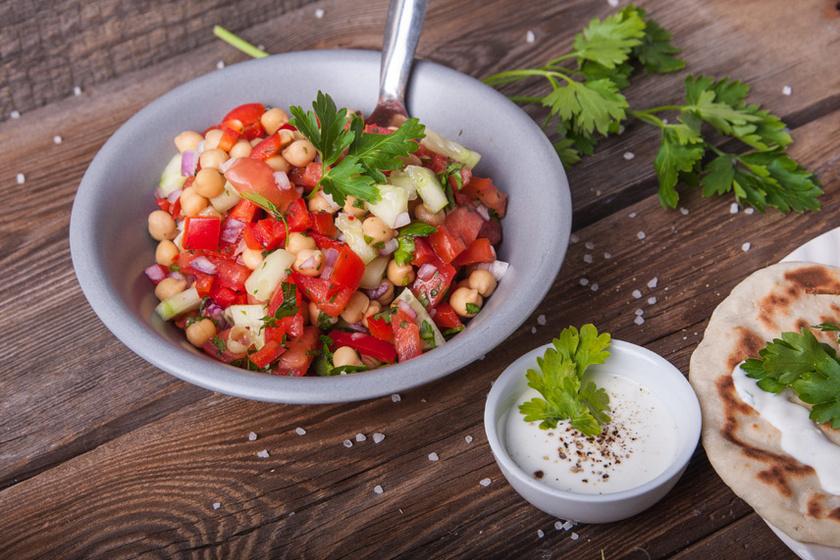 Laktat, mégsem nehezít el ez a fehérjedús saláta, amely a fogyókúrás étrendbe is tökéletesen beilleszthető. Tele van egészséges zöldfűszerrel és vitaminnal.