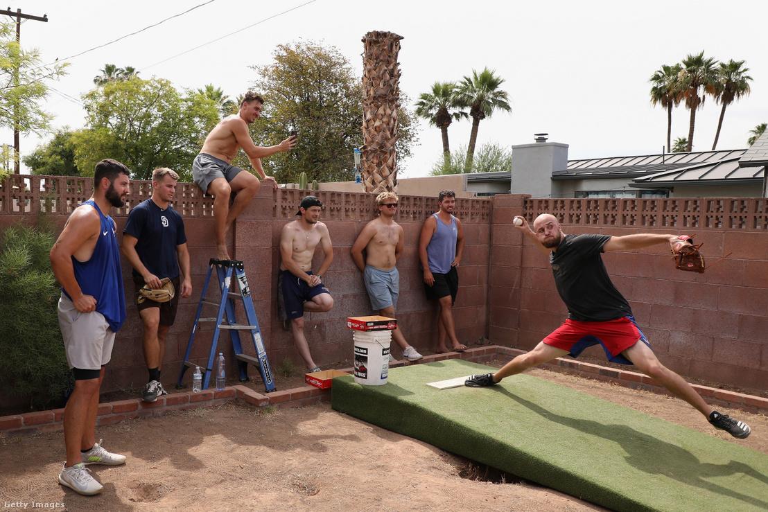 MLB-játékosok egy hátsó udvaron gyakorolnak 2020. június 5-én Arizonában.