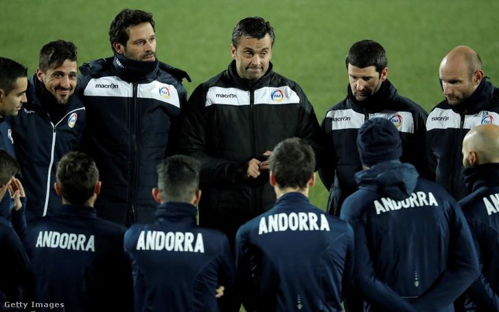 Az andorrai válogatott a Törökország elleni Európa-bajnoki-selejtezőmérkőzés előtt 2019. november 16-án, Andorra la Vellában. Középen a szövetségi kapitány, Koldo.