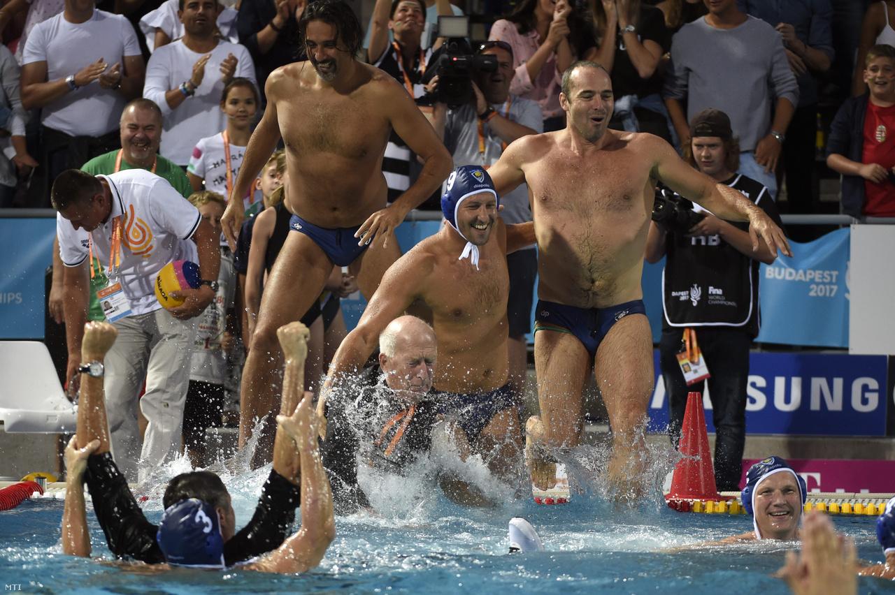 2017.                          A Millennium játékosai ünneplik győzelmüket a medencében a masters korosztályú vizes világbajnokság férfi vízilabdatornáján a 40+-os korcsoport döntőjében játszott Millennium - Szentpétervár mérkőzés végén a Hajós Alfréd Nemzeti Sportuszodában 2017. augusztus 13-án. Az olimpiai bajnokok alkotta magyar férfi vízilabdacsapat 16-3-ra győzött. Középen Szécsi Zoltán Fodor Rajmund és Benedek Tibor (b-j).                         Nagyon sokan kíváncsiak voltak rájuk.