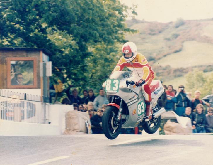 1985: Oxley a győztes futamon a 250-es gépével a Ballaugh Bridge-en ugrat