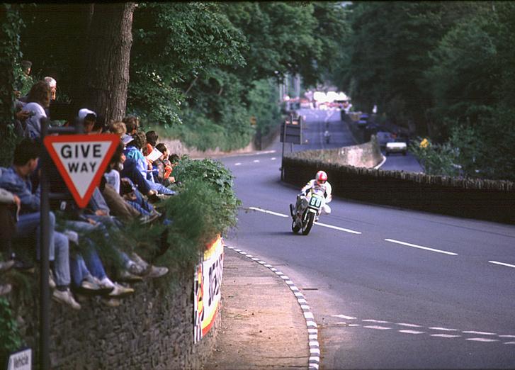 1988: Oxley a negyedik helyen áll az FZR400-zal, éppen a Bradden Bridge-nél tart