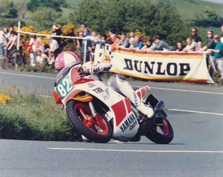 1986: Oxley elsőként fut 100 mérföld/órás átlagú kört a 250-es production kategóriában