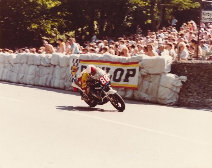 1984: Oxley a harmadik helyen az RG250-nel a Braddan Bridge-nél