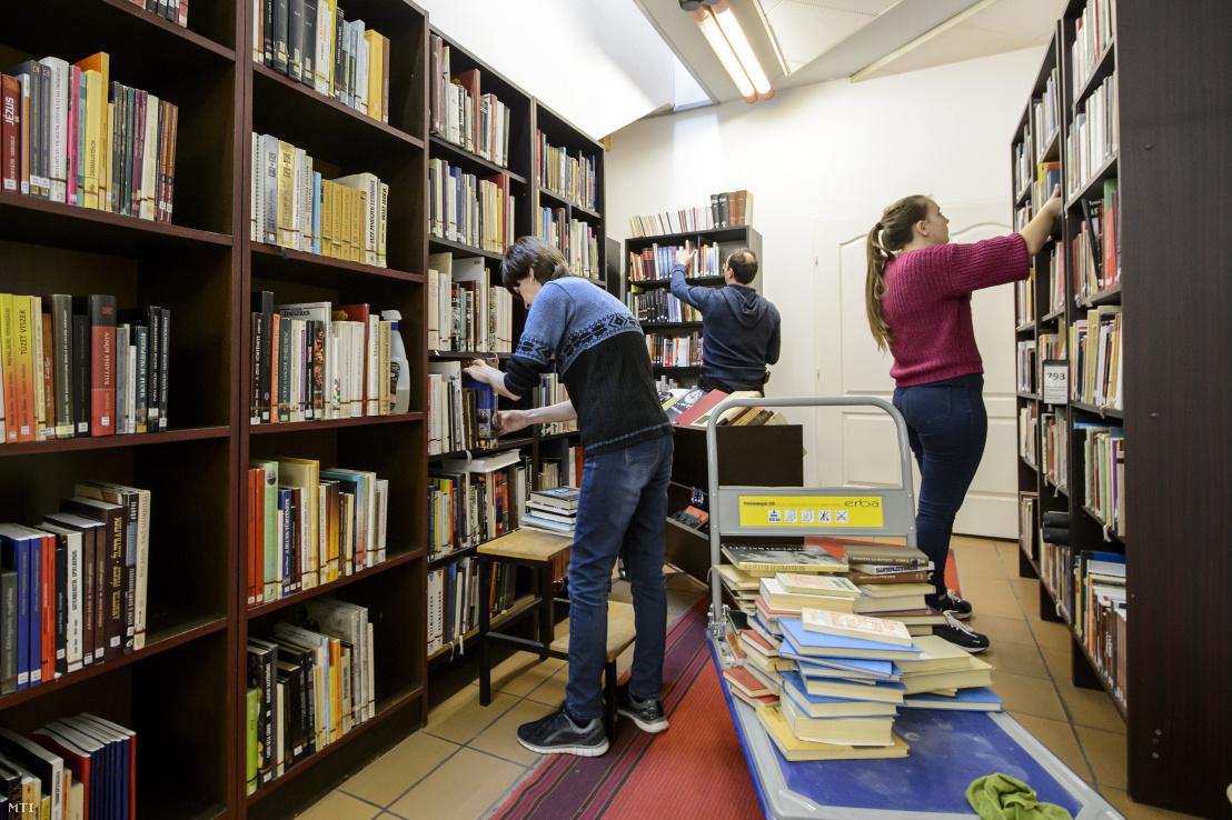 Könyveket pakolnak az új koronavírus-járvány terjedését megelőző óvintézkedés miatt ideiglenesen bezárt Balassi Bálint Megyei Könyvtárban Salgótarjánban 2020. március 12-én.