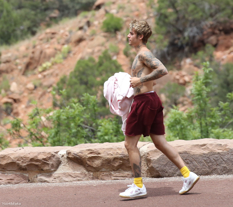 Bieber egy pulóverrel a kezében szalad, alighanem átöltözött.