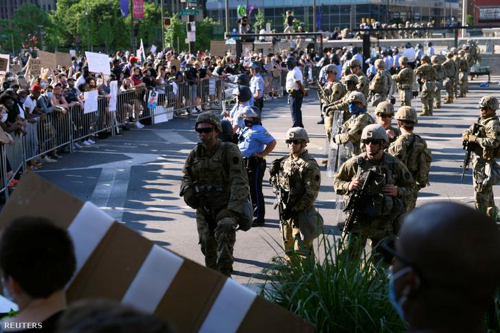 Nemzeti Gárda tagjai segítik a rendőrséget a philadelphiai tüntetésen 2020. június 6-án