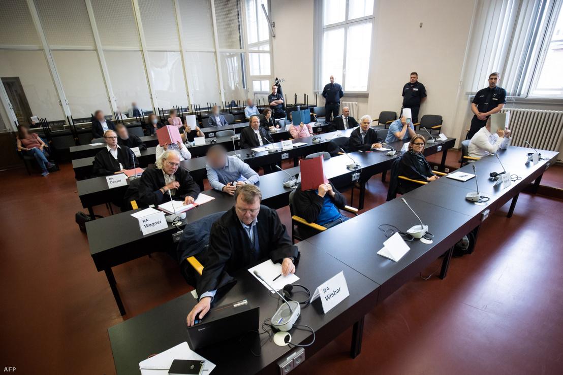 Nyolc vádlott és ügyvédeik az 1,1 tonna kokain csempészésével kapcsolatos tárgyaláson Hamburgban 2020. május 27-én
