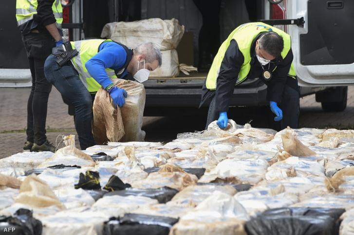 Spanyol rendőrök ellenőrzik a kokaincsomagokat, amiket lefoglaltak Vigo kikötőben 2020. április 28-án. 4 tonna kokaint találtak az MV Karar nevű hajón.