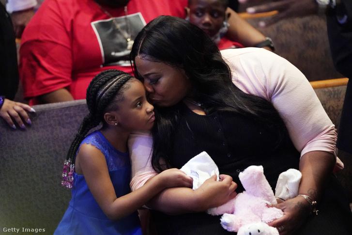 Gianna Floyd, a megölt George Floyd hatéves lánya a temetési szertartáson.