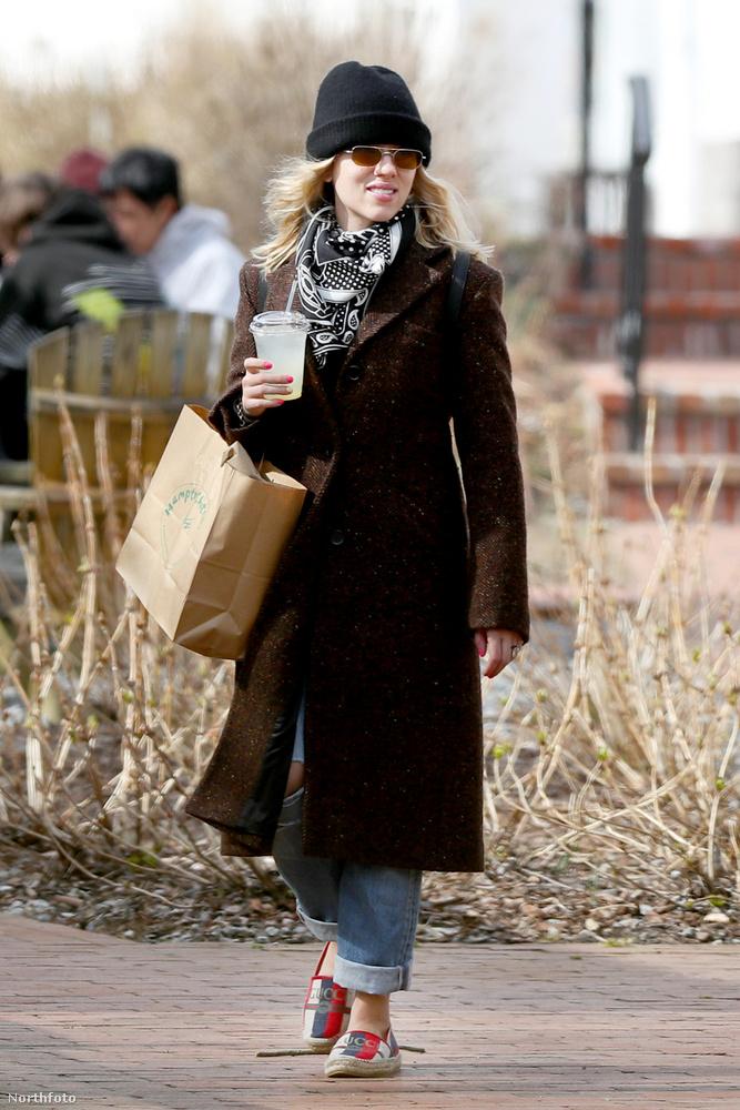 Long Island szigetnek New York belvárosától legtávolabbi csücsként található a The Hamptons nevű terület, ide költözött Scarlett Johansson és vőlegénye, Colin Jost