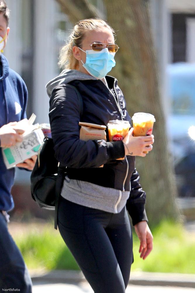Ez már ugye vastagon a koronavírus ideje volt, természetesen maszkban közlekedtek.