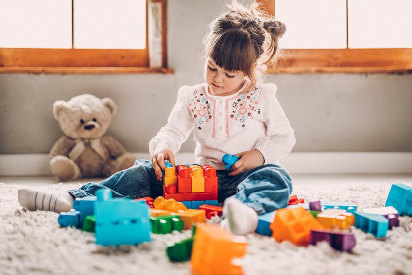 Miért fontos, hogy egyedül játsszon a gyerek? 4 fontos képességét is fejleszti