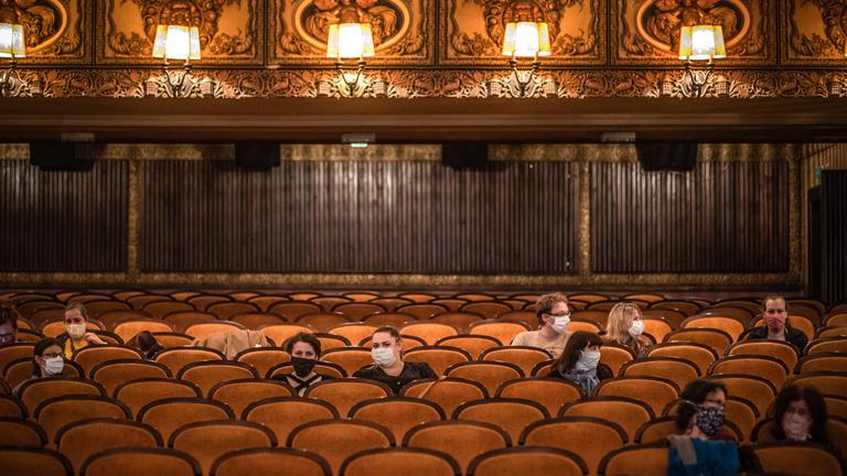 Oké, hogy újranyithatnak a mozik és színházak, de azért ez nem ilyen egyszerű