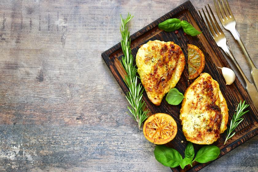 Ropogósra sült citromos, rozmaringos csirkemell: ezzel a páccal lesz tökéletes