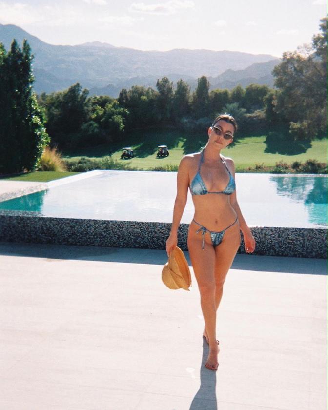 Kourtney Kardashian is mintha vásárolhatott volna egy számmal nagyobb aljat.