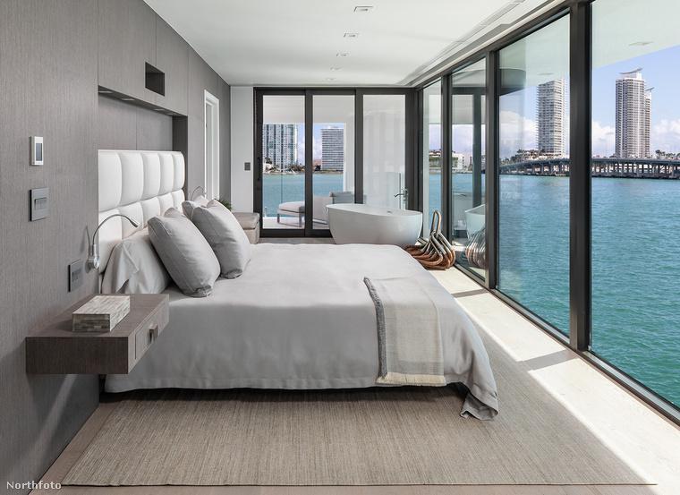 Mondani sem kell, a szobák egyik legimpozánsabb tulajdonága az egész falat betöltő ablakok, amiknek köszönhetően csodálatos panoráma nyílik a vízpartra vagy a nyílt óceánra, annak függvényében, hogyan parkoltunk le a járgánnyal