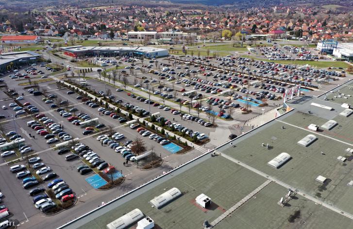 Vásárlók autói egy szupermarket parkolójában Miskolcon 2020. március 14-én.