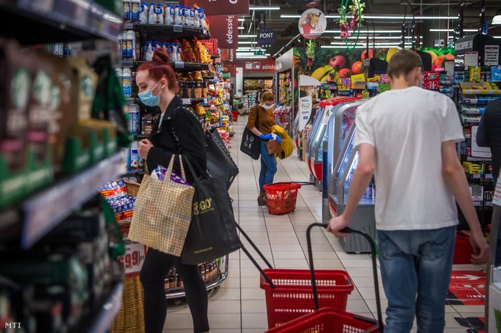 Vásárlók egy fővárosi üzletben a kijárási korlátozás előtti napon 2020. március 27-én.