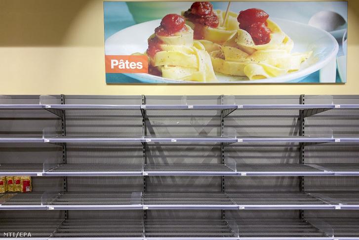 Üres száraztésztás polcok egy svájci áruházban 2020. március 13-án.