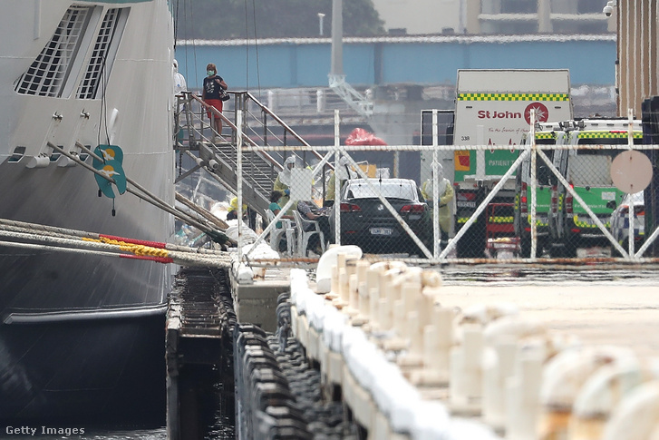 Az Artania utasai szállnak le koronavírustesztet végeztetni Fremantle kikötőjében 2020. március 27-én
