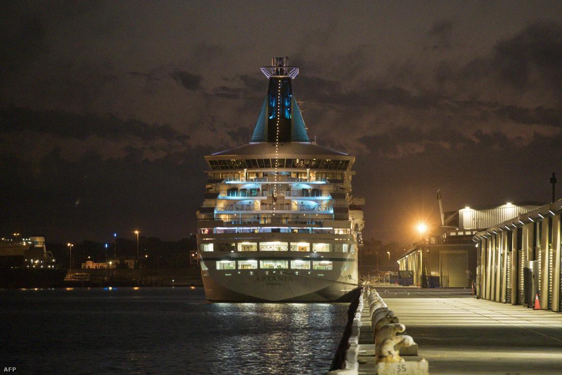 Artania várakozik Fremantle kikötőjében, Ausztráliában