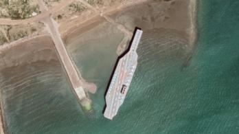 Új életnagyságú repülőgép-hordozón gyakorolja Irán az USA elleni támadást