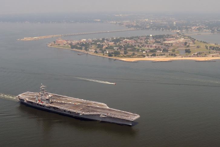 Egy városnyi haditechnika, a Nimitz-osztályú repülőgép-hordozó, a USS Dwight D. Eisenhower Norfolknál.