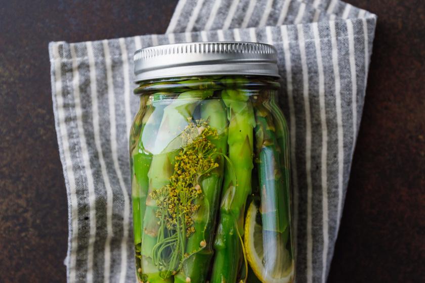 Fermentált spárga jó roppanósan: így sokáig eláll az egészséges zöldség