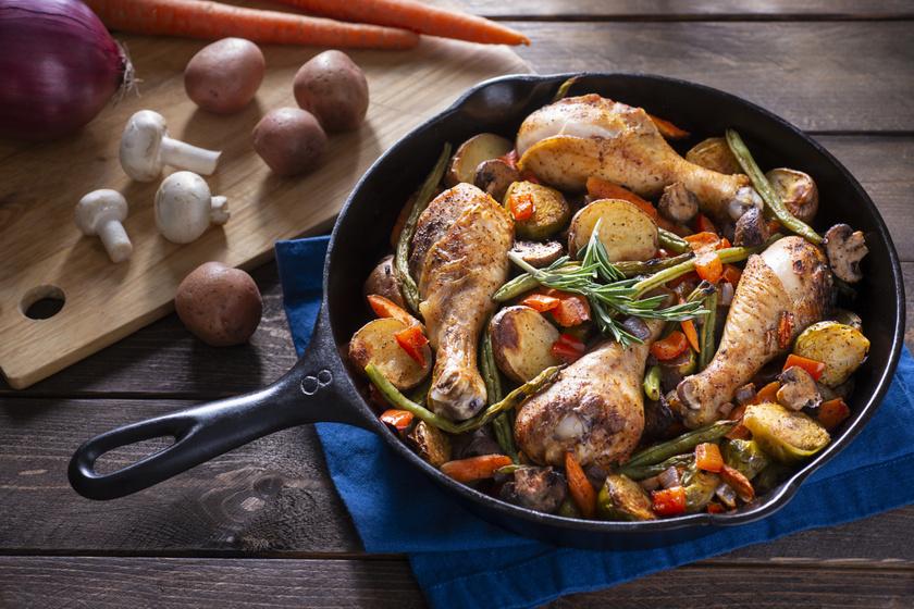 Omlós rozmaringos csirkecomb vele sült zöldségekkel: csak tedd a sütőbe a hozzávalókat