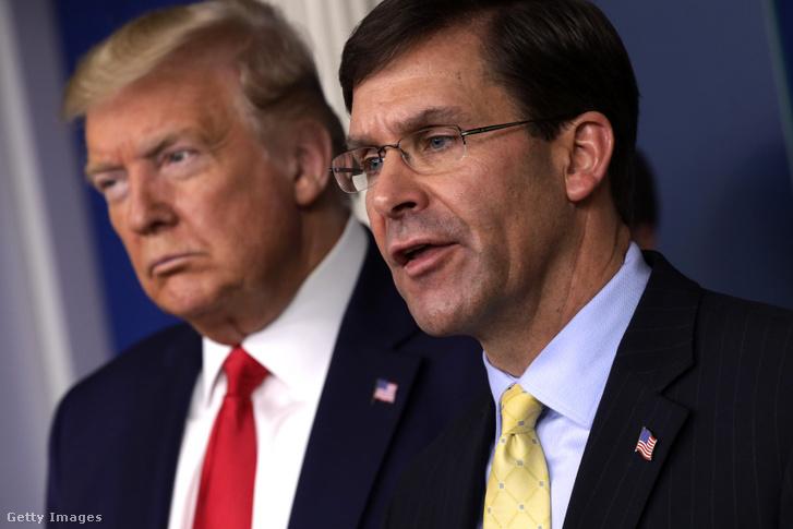 Mark Esper védelmi miniszter, a háttérben Donald Trump