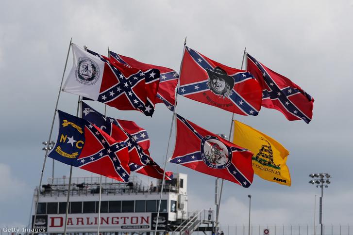 Konföderációs zászlók Darlingtonban egy NASCAR versenyen