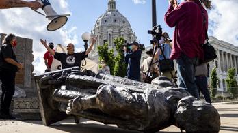 Ledöntöttek, lefejeztek, felgyújtottak és tóba is dobtak Kolumbusz-szobrokat az USA-ban