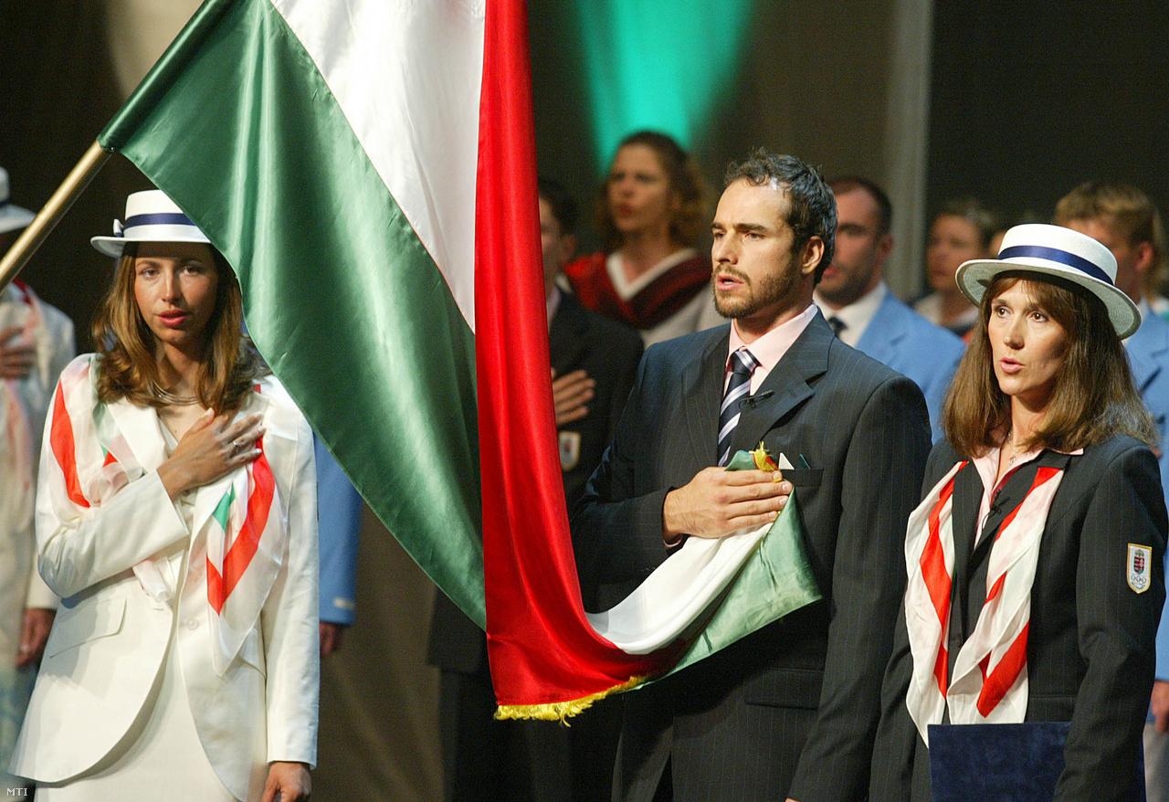 Benedek Tibor vízilabdázó olimpiai bajnok és Nagy Tímea vívó társak nevében fogadalmat tesz az athéni olimpiára és paralimpiára készülõ magyar sportolók ünnepélyes eskütételén a Nemzeti Színházban 2004. május 29-én. A Magyar Olimpiai Bizottság 108 éves történetének egyik legnépesebb csapatával vett részt ezen az olimpián. A küldöttség 8 aranyéremig jutott, Nagy és Benedek is címvédőként utazott, és mindketten aranyéremmel tértek haza.