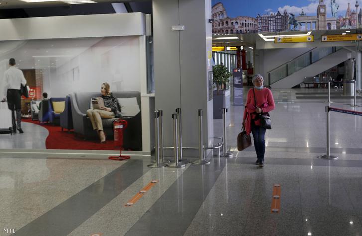 Utas a belgrádi Nikola Tesla repülőtéren 2020. május 18-án.