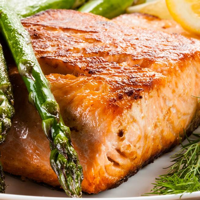 Ízletes, serpenyőben készült vacsora: roppanós spárga és vajpuha hal kerül a tányérra