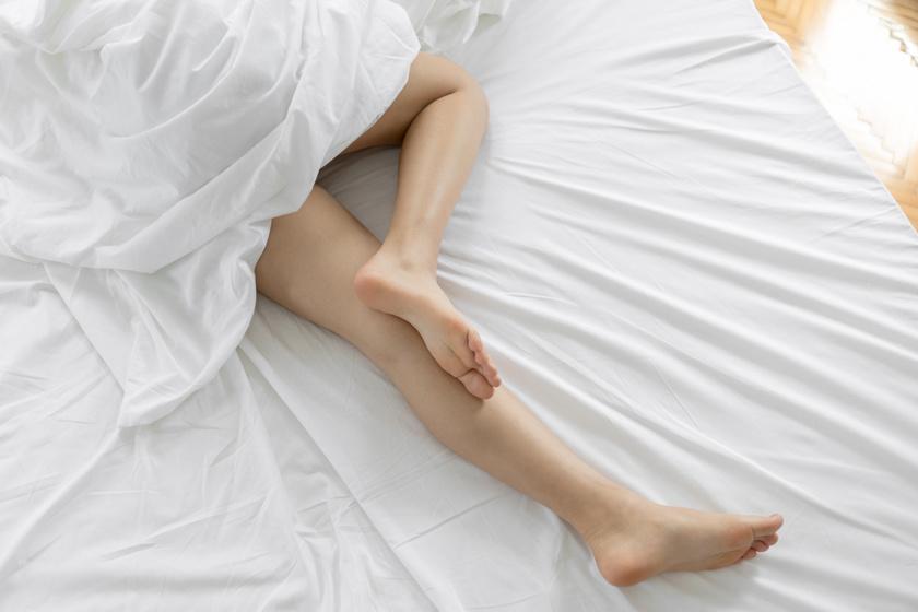 Folyton bizsereg a lábad elalvás előtt? A nyugtalan láb szindrómának sok negatív következménye van