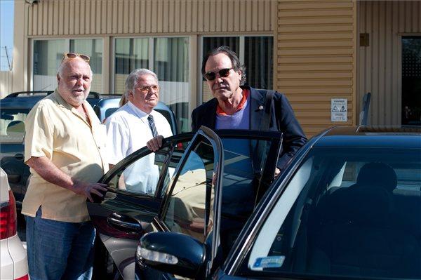 Oliver Stone (j) autóba ül Andrew G. Vajna, a filmipar megújításáért felelős kormánybiztos (b) társaságában a Budapest Liszt Ferenc Nemzetközi Repülőtéren 2012. szeptember 21-én
