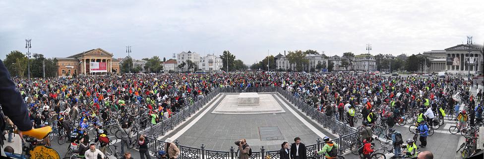 A felvonulások a Hősök terén vagy a Városligetben értek véget.