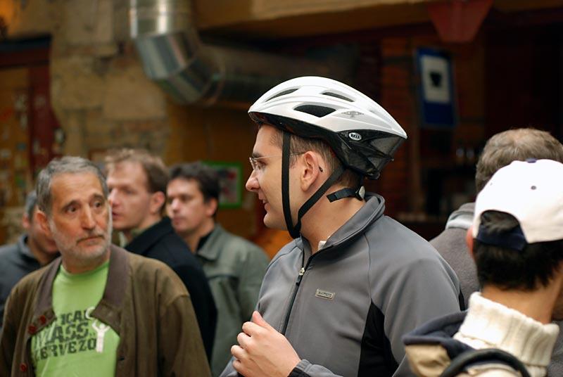 Politikusok csak magánemberként vehettek részt. Itt Kóka János egykori gazdasági miniszter áll a Kerékpárosklub vezetője, László János mellett.