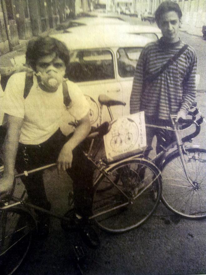 A budapesti biciklis mozgalom nem a sport, hanem az underground világából indult. A kilencvenes évek elején két alteros zenész és életművész, Spenót és Lackó találták ki, hogy biciklis futár céget indítanak, olyat, amilyet nyugat-európai kalandozásaik idején láttak. Akkoriban nem volt mobil, a Tilos az Á nevű szórakozóhelyen várták a hívásokat. A lassan beinduló cég körül jelentek meg azok a szintén az ellenkultúrából érkező srácok, akik akaratlanul is a mozgalom alapítótagjai lettek.